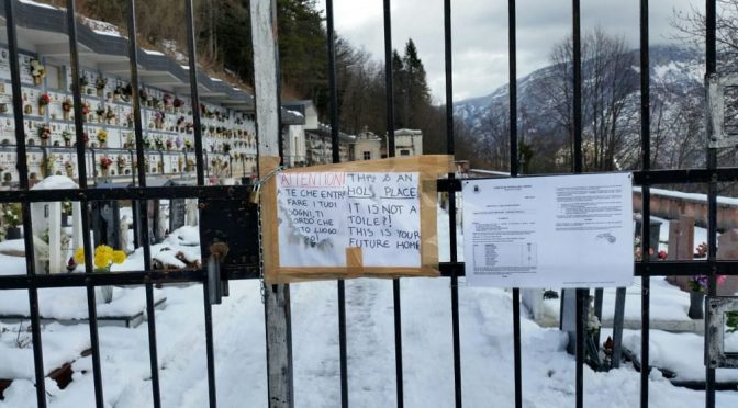"""Profughi cagano tra le tombe, spuntano cartelli: """"Non è un cesso"""" – FOTO"""