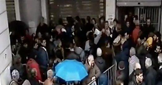 ATENE: MIGLIAIA IN CODA SOTTO LA PIOGGIA PER SUSSIDIO, EURODRAMMA – VIDEO