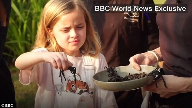 Angelina Jolie mangia ragni e scarafaggi per insegnarci a rispettare il Pianeta – VIDEO