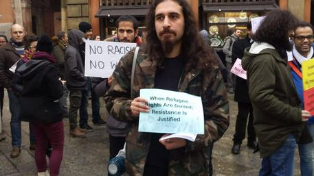 Gente che non si lava da anni protesta contro Trump a Bologna – FOTO