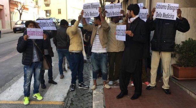 """Pakistani esigono medicine gratis e stipendio: """"Nostro diritto"""""""