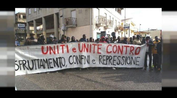 """CLANDESTINI CIRCONDANO MUNICIPIO: """"VOGLIAMO CASA E CORRENTE GRATIS"""""""