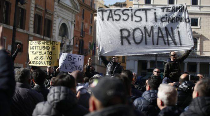 Tassisti invadono Roma, scontri davanti a sede Pd/UBER