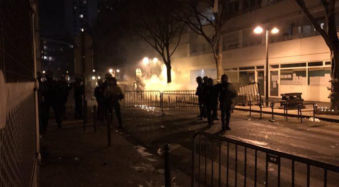 PARIGI: IMMIGRATI CIRCONDANO COMMISSARIATO, INCENDIANO AUTO POLIZIA – VIDEO