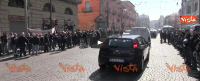 Mattarella contestato da disoccupati e precari – VIDEO