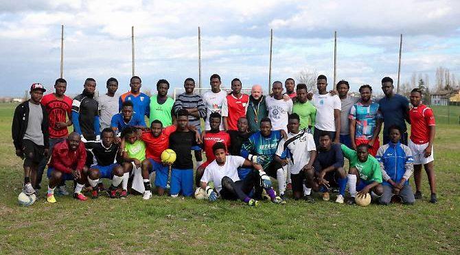 Squadra di calcio di soli richiedenti asilo, pagate voi