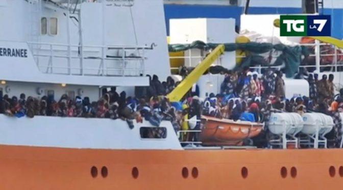 """Ammiraglio: """"Navi Ong fanno segnali luminosi agli scafisti per farsi mandare i barconi"""""""