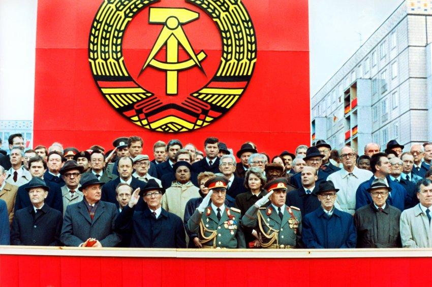 """ARCHIV - Die Ehrentribüne auf der Karl-Marx-Allee während der Militärparade am 7. Oktober 1989 in Ost-Berlin mit dem sowjetischen Staats- und Parteichef Michail Gorbatschow (2.v.l.), dem DDR-Staatsratsvorsitzenden und SED-Generalsekretär Erich Honecker (3.v.l.), Raissa Gorbatschowa (hinter Honecker), die Gattin des sowjetischen Präsidenten und Willi Stoph (3.v.r.), Ministerpräsident der DDR. Mit einer Militärparde feierte die Führung der DDR die Gründung der Deutschen Demokratischen Republik vor 40 Jahren. Honecker verdankte seinen Aufstieg einer """"lupenreinen proletarischen Vergangenheit"""", seinem Gespür und nicht zuletzt seinem Vorgänger Ulbricht, den er 1971 mit der Billigung Moskaus stürzte. Foto: ADN dpa/lbn (zu """"Honecker: Ein Leben für den Kommunismus"""" vom 13.10.2009) +++(c) dpa - Bildfunk+++"""