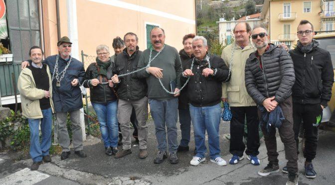 Ventimiglia: cittadini incatenati contro casette ai clandestini