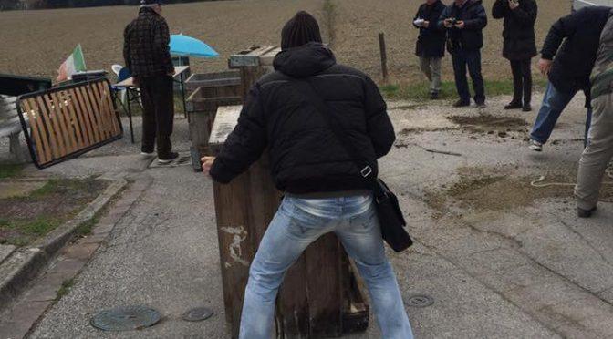 Barricate contro clandestini, leghista denunciato per 'manifestazione non autorizzata'