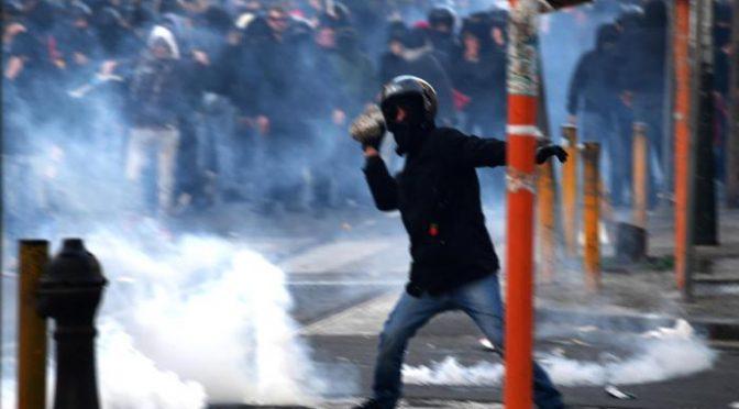 Le truppe di De Magistris assaltano agenti: bombe e sassi – VIDEO