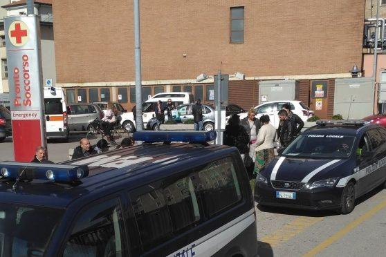 Rom invadono ospedale: uno di loro si sta operando gratis