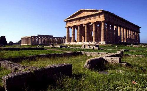 L'ultimo affronto: profughi tra antiche rovine di Paestum