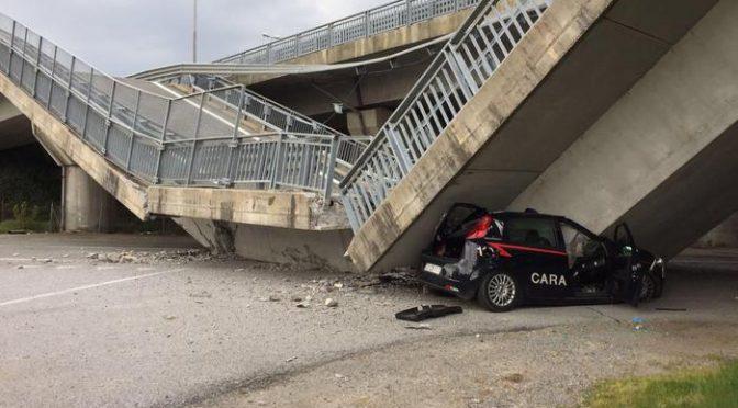 Cavalcavia crolla su auto Carabinieri – FOTO CHOC