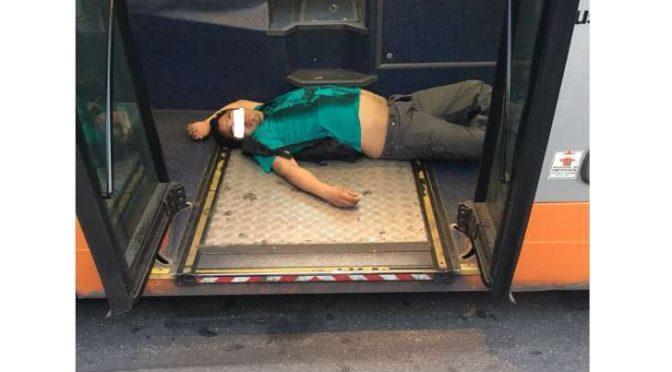 Vietato salire sul bus, immigrati ubriachi dormono – FOTO