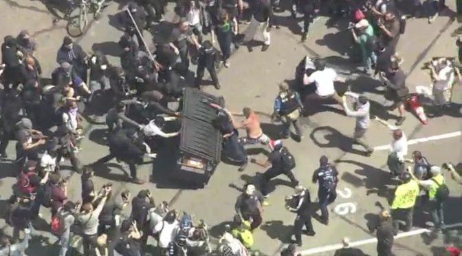 Berkeley: sostenitori Trump circondati e picchiati da black bloc – VIDEO