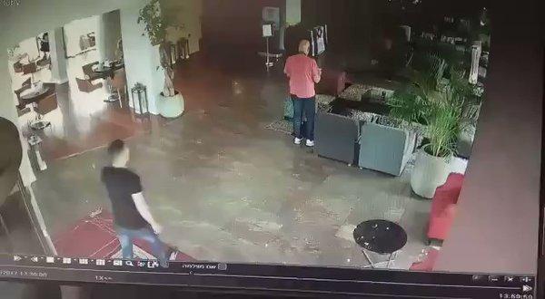 Musulmano irrompe in hotel e accoltella 4 ospiti – VIDEO