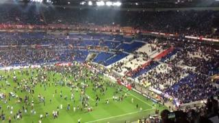 Tifosi turchi scatenati, caos e incidenti allo stadio di Lione – VIDEO
