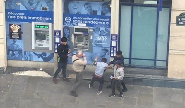 Pensionato assediato al bancomat dai Rom, reagisce e li caccia – VIDEO