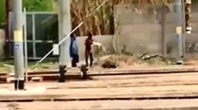 Migrante si lava nudo davanti a bimbi scuole – VIDEO