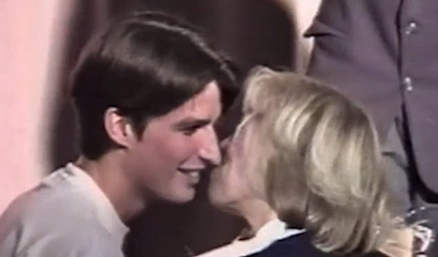 Macron 16enne era già amante delle Milf, bacio alla futura moglie di 64 anni – VIDEO