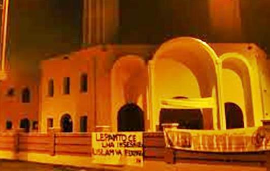 A processo per questo striscione contro moschea – FOTO