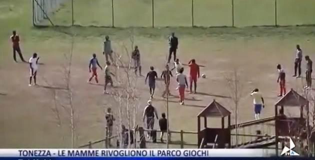 Vicenza, i profughi si sono presi il parco giochi dei bambini – VIDEO