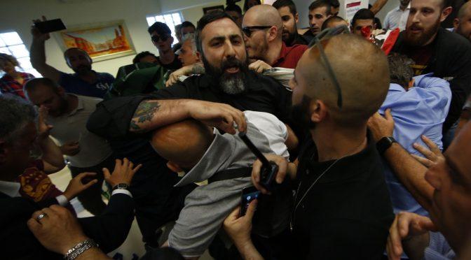 Roma: attivisti CasaPound cacciano sindaco Raggi da Municipio – VIDEO