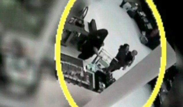 Immigrata tenta di rapire neonato al supermercato – VIDEO