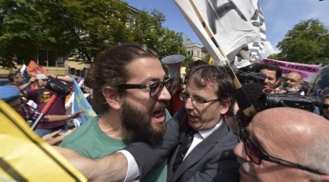 Milano, rissa tra fancazzisti alla marcia dei clandestini