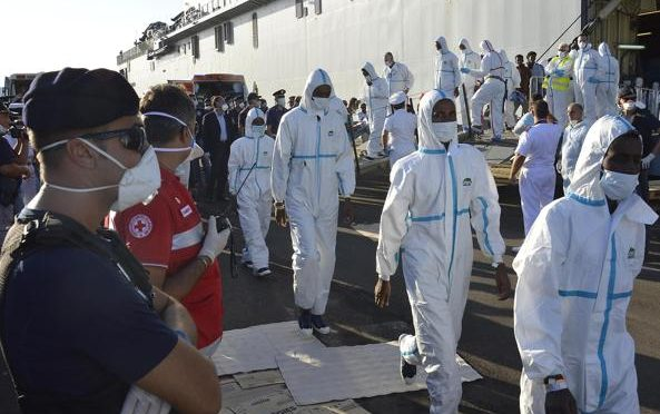 """Allarme Poliziotti: """"Grazie a migranti siamo a rischio meningite e Tbc"""""""