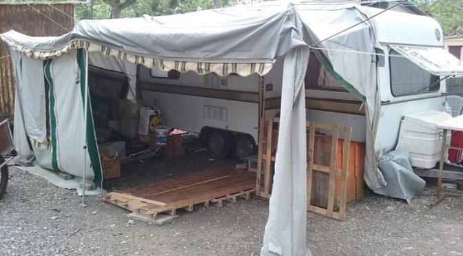 Torino: bimbo italiano vive in roulotte, suo compagno di classe profugo in hotel