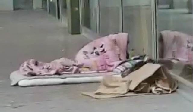 Milano risponde a Roma: sesso clandestini tra i rifiuti – FOTO