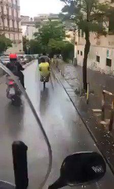 Napoli, clacson razzista fa cadere migranti – VIDEO