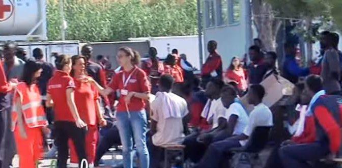 Salerno non li vuole, centinaia di profughi inviati ai Pirla di Milano – VIDEO