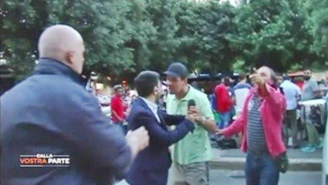Roma: troupe Dalla Vostra Parte aggredita da immigrati – VIDEO