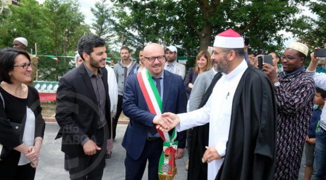Sindaco PD inaugura mega moschea a Forlì, donne dietro grata metallica