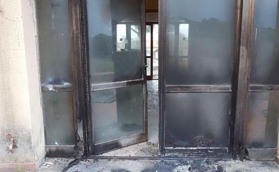 Coop rileva struttura ricettiva per ospitare profughi, cittadini le danno fuoco – FOTO