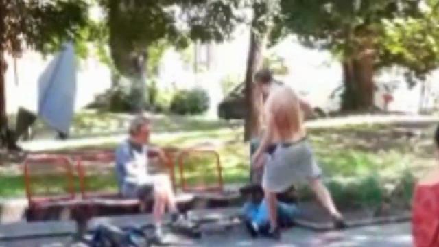 Migrante pesta anziano disabile perché occupa la 'sua' panchina – VIDEO CHOC