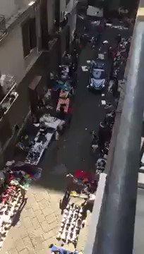 Auto Polizia costretta a slalom tra abusivi – VIDEO