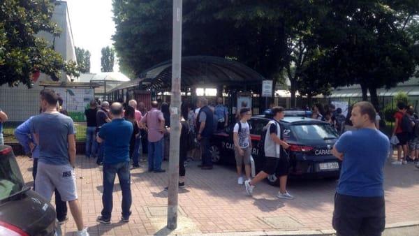 Milano: migrante devasta auto, poi irrompe nudo in scuola elementare