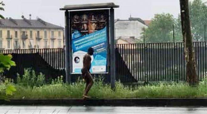 Anche Torino fa schifo: profugo nudo attende il bus – FOTO