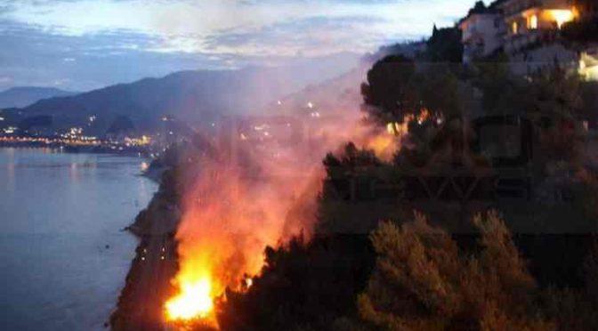 Ventimiglia brucia: clandestini incendiano collina, treni bloccati – FOTO