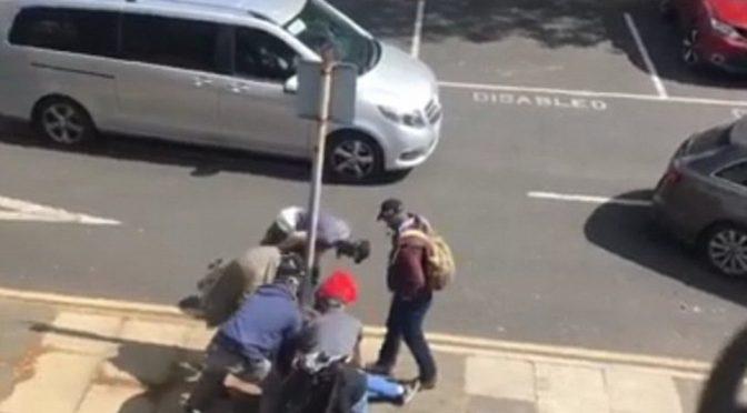MANCHESTER, CACCIA A TERRORISTI ISLAMICI: BLOCCATO PRIMA DI SALIRE SU BUS – VIDEO