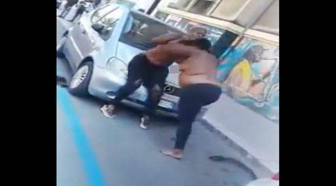 'Profughe' seminude lottano in mezzo al traffico -VIDEO
