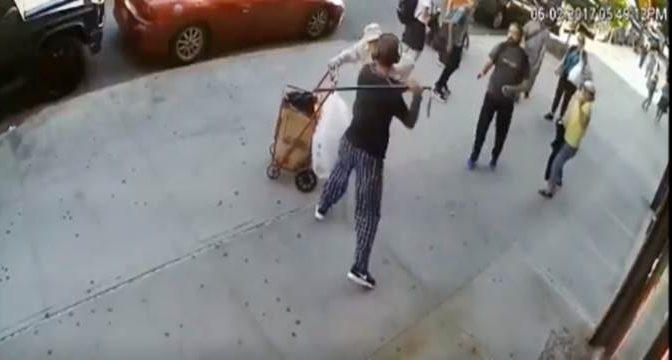 Anziano infermo lo disturba, migrante lo prende a bastonate – VIDEO