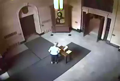 Anziana picchiata in chiesa da immigrati – VIDEO CHOC