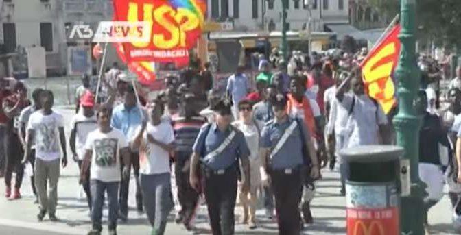 Profughi scortati da Carabinieri protestano contro il caldo – VIDEO