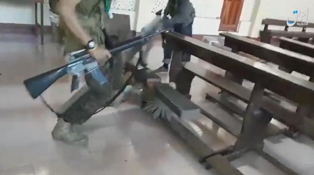 Islamici devastano chiesa, data alle fiamme – VIDEO