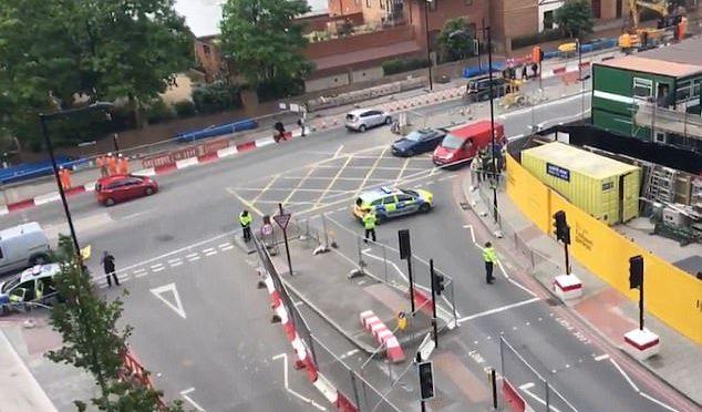 Londra, polizia fa esplodere due auto davanti ambasciata Usa – VIDEO
